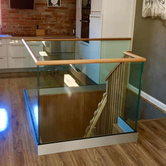 Glassrekkverk-med-toppmontert-baseprofil-1000